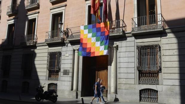 La bandera indígena que luce en la Junta del Distrito Centro, en la calle Mayor