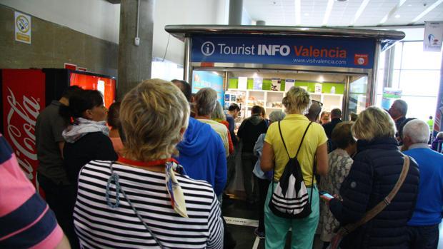 La oficina de turismo del puerto de valencia atiende con for Oficina de turismo de la comunidad de madrid