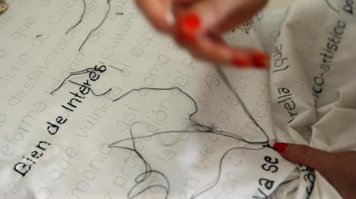 Detalle del texto legal en la costura