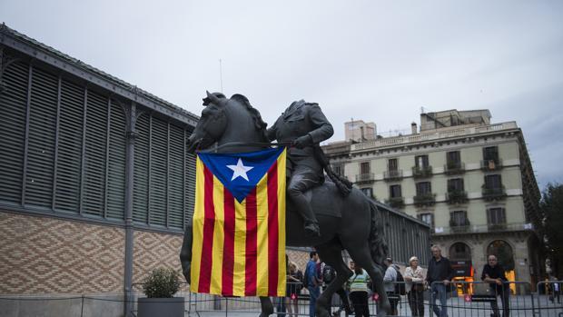 La estatua ecuestre de Franco, con una «estelada» frente al Born