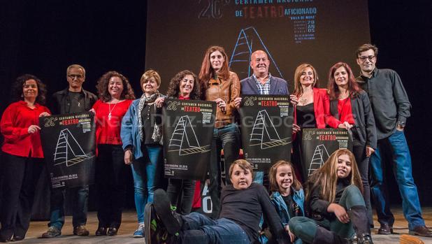 El alcalde de Mora y la concejal de Cultura junto a miembros del grupo Atenea