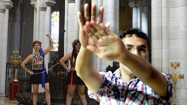 Activistas de Femen, en la catedral de la Almudena en 2014
