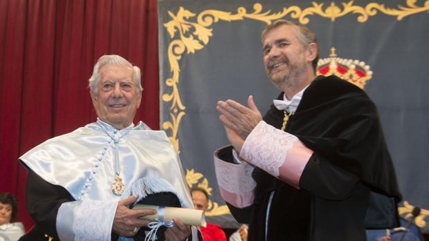 El escritor Mario Vargas Llosa, tras ser investido doctor Honoris Causa por la UBU