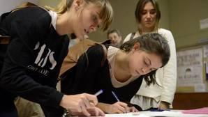 Los alumnos de la Autónoma acorralan a los 150 radicales del violento escrache a Felipe González