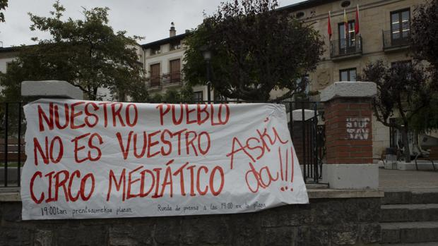 Una pancarta en el centro de Alsasua, en Navarra