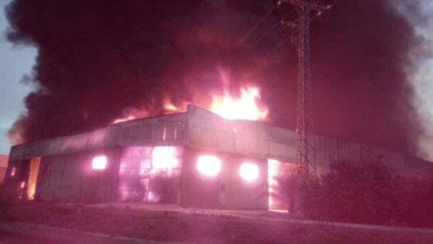 Las llamas del incendio que afecta a tres naves de Benimuslem