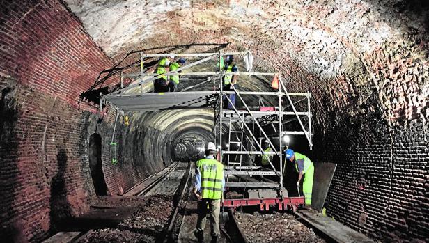 Trabajos en el interior del túnel de la Línea 1, donde se aprecia la amalgama de materiales con que se construyó