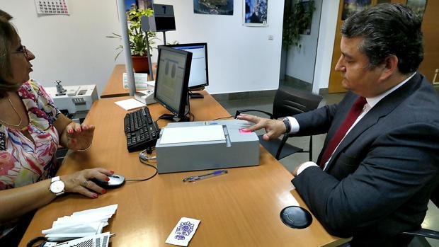 Demoras de hasta dos meses y largas colas en la cita for Oficinas pasaporte madrid