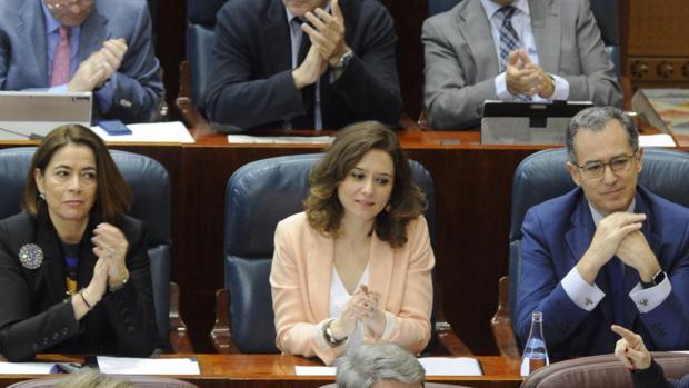 A la derecha de la imagen, Enrique Ossorio; dos asientos a la izquierda, Elena González-Muñox
