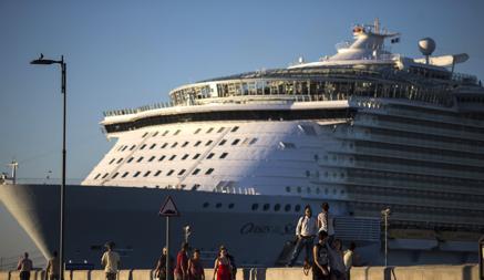 El «Oasis of the seas», el mayor barco del mundo, en el puerto de Málaga