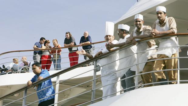 Pasajeros y tripulación de un crucero, en el puerto de Valencia