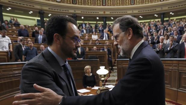 Mariano Rajoy, presidente del Gobierno, saluda a Rafael Hernando en el Congreso