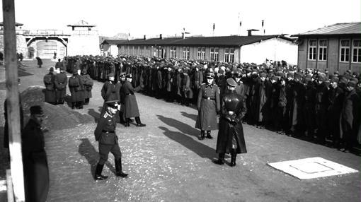 Grupo de deportados en Mauthausen, junto a los oficiales nazis