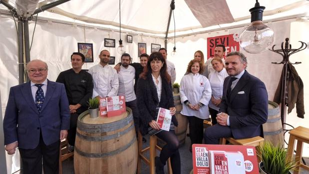 La concejala de Cultura, Ana Redondo, junto con distintos cocineros andaluces