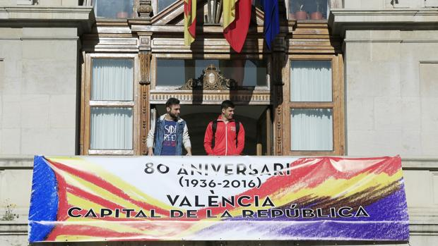Imagen de la pancarta desplegada por el Ayuntamiento de Valencia el pasado 14 de abril