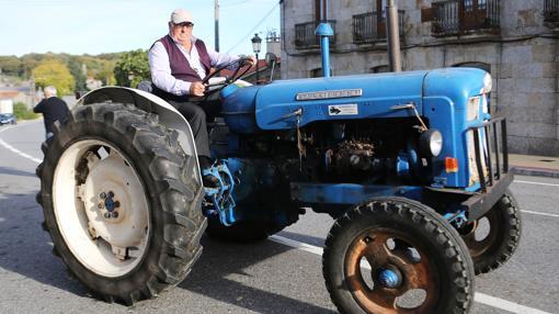 Sergio, subido en su tractor