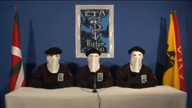 Tres encapuchados, rodeados de la habitual parafernalia de ETA, anunciaron que ponían punto y final a su tenebrosa historia