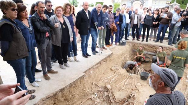 Francina Armengol, junto a otros representantes políticos, en el cementerio de Porreres (Mallorca)
