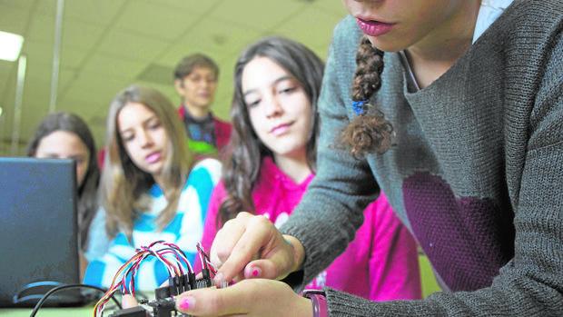 Grupo de alumnas del IES Federico García Lorca, de Las Rozas, en clase de Programación
