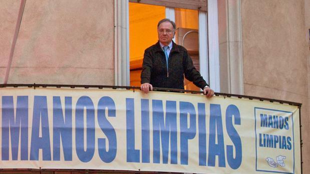Miguel Bernad posa en el balcón de la sede de Manos Limpias, en la calle Ferraz (Madrid)