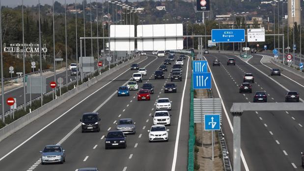 Varios coches circulan por una carretera de entrada y salida a Madrid