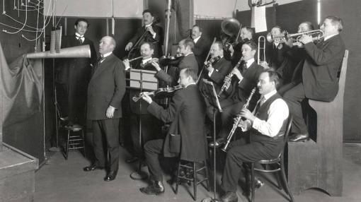 Una banda en plena grabación a principios del siglo XX