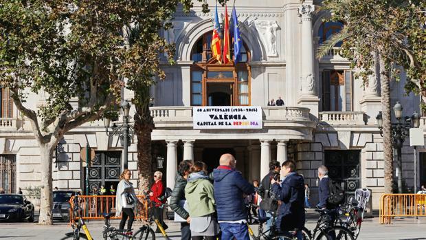Imagen del balcón del Ayuntamiento con la pancarta de la capitalidad republicana