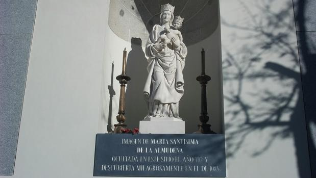 La imagen de La Almudena que se encuentra en el hueco de la muralla donde supuestamente fue encontrada