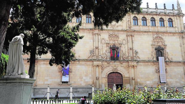 Estatua del cardenal Cisneros frente a la universidad de Alcalá, que el mismo fundó
