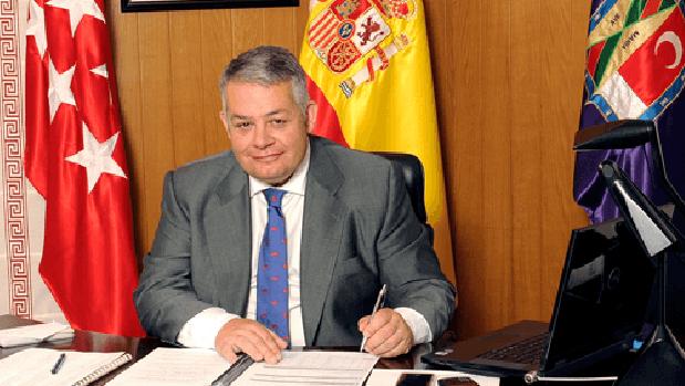 El alcalde de Colmenar Viejo, Miguel Ángel Santamaría, en el despacho del Ayuntamiento