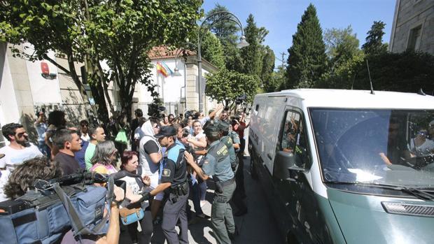 El acusado, escoltado por la Guardia Civiil es trasladado a dependencidas judciciales