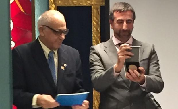 José Ignacio Carmona recibe la medalla de manos de Abraham Haim