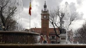 Al fondo, fachada de la Casa del Reloj, en Arganzuela