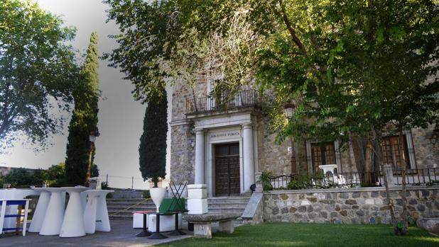 Entrada principal de la antigua biblioteca en el Miradero.