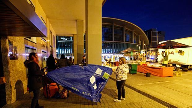 Dos dans del cantante Justin Bieber acampan frente al Palacio de Deportes