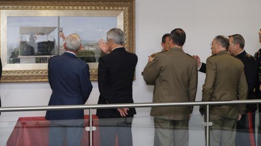 Militares observan el cuadro