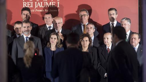 Imagen de los Reyes junto a los premiados