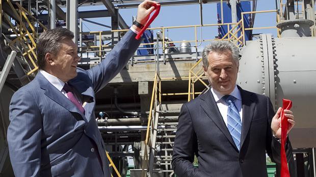 Firtash (a la derecha) con el expresidente ucraniano Yanukovich en una imagen de 2012