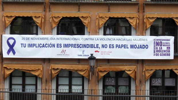 Una pancarta para concienciar a la sociedad sobre la necesidad de implicarse contra la violencia de género, en la plaza de Zocodover