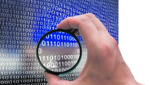 Un hacker escanea códigos binarios