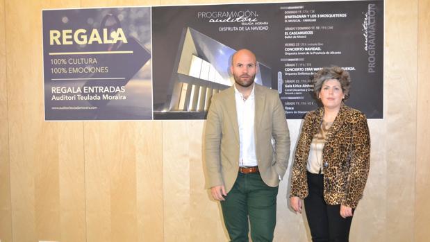 Carlos Linares y Maite Serrat, delante del cartel de la campaña navideña