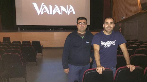 Sebastián y Alberto, en la sala de cine del centro cívico