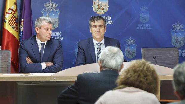 El alcalde de Guadalajara, Antonio Román, acompañado por el concejal de Economía, Alfonso Esteban