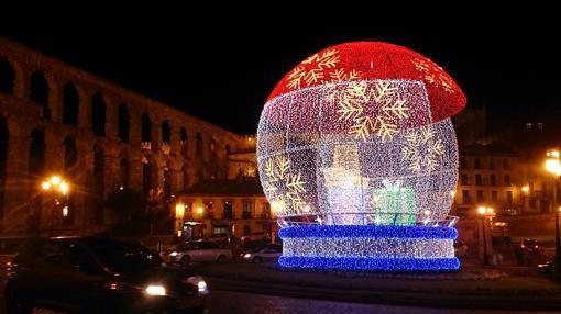 92216ac74fd Una bola de grandes dimensiones luce en la Plaza de la Artillería