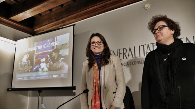 La vicepresidenta del Consell, Mónica Oltra, junto a la responsable del colectivo Lambda, Mar Ortega, durante la presentación de la campaña