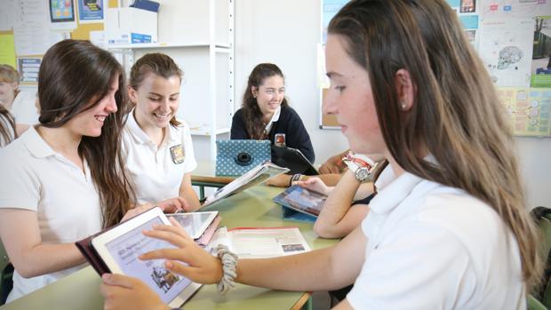 Imagen de alumnos empleando las TIC