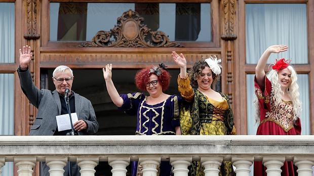 El alcalde de Valencia, Joan Ribó, saluda desde el balcón junto a las «magas» el pasado enero