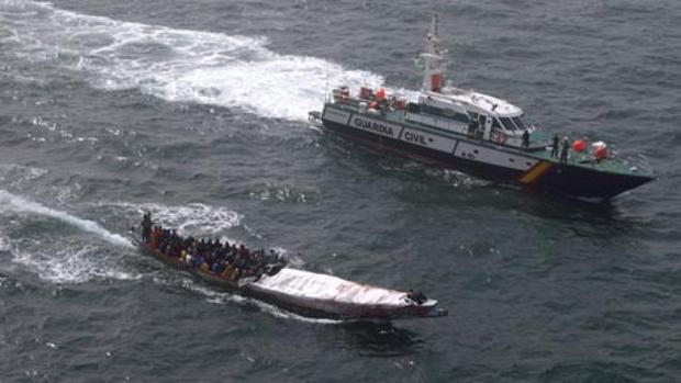Una patrullera de la Guardia Civil en Mauritania impide la llegada a Canarias de un cayuco con imigrantes
