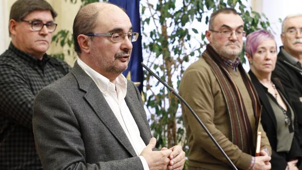 El presidente aragonés, Javier Lambán (PSOE), junto a representantes de asociaciones de memoria histórica