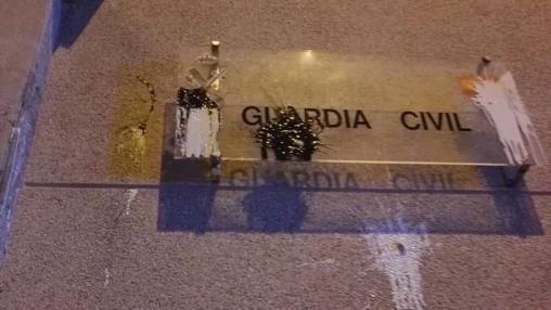 Cartel de la Guardia Civil del cuartel de Manresa, contra el que un centenar de independentistan ha tirado bolas de pintura